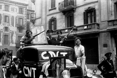 Militantes anarquistas y guardias de asalto en la Via Laietana, Barcelona, julio de 1936. AGUSTÍ CENTELLES