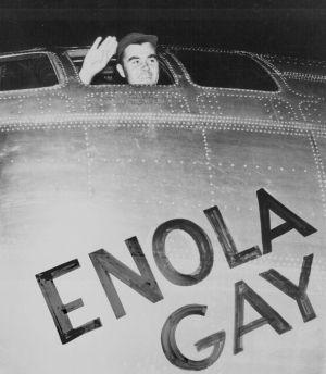 El coronel Paul Tibbets Jr. a bordo del Enola Gay.