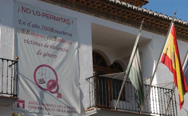 La exclusión de las víctimas masculinas de la violencia doméstica del cartel que denuncia esta lacra social desde el balcón principal del Ayuntamiento de La Zubia (Granada) le ha costado una demanda a su alcalde, Jorge Rodríguez (PSOE), por parte de un hombre que lo considera discriminatorio.
