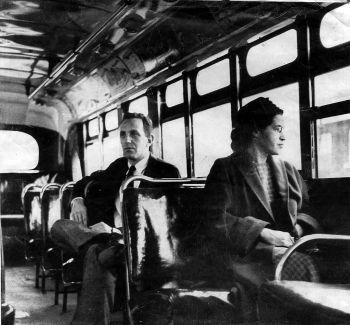 Rosa Parks, en el autobús de Montgomery, Alabama desde el que empezó su protesta contra la segregación.