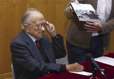 El ex secretario general del PCE Santiago Carrillo durante la presentación de su último libro 'Dolores Ibárruri. Pasionaria, una fuerza de la naturaleza' hoy en Ferrol (A Coruña).