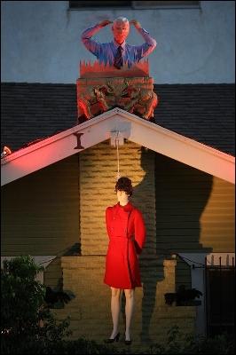 John McCain cuelga de una soga a su candidata para la vicepresidencia, Sarah Palin, en un trabajado y tétrico montaje de maniquíes de una residencia privada de West Hollywood (California).