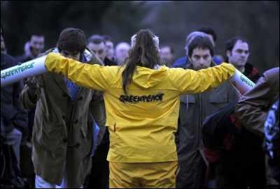 Activistas de Greenpeace bloquearon el acceso a la central en el momento de entrada de los trabajadores.
