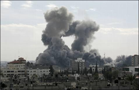 Una espesa nube de humo negro se elevaba sobre la ciudad de Gaza, tras los ataques