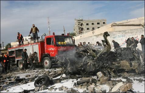 Los misiles israelíes alcanzaron, al menos, una treintena de edificios, en su mayoría sedes del movimiento islamista Hamas. (REUTERS)