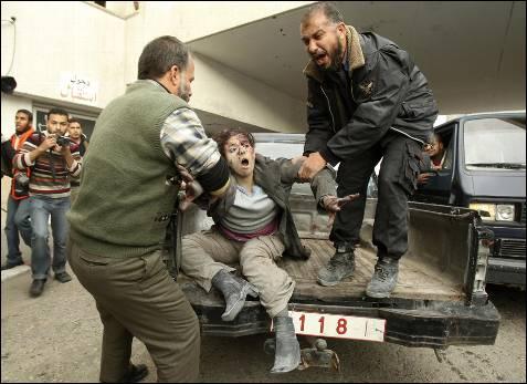 Una mujer herida en los ataques es trasladada.- REUTERS/Suhaib Salem