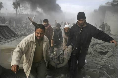 Un herido es trasladado en Rafah, al sur de Gaza. Photo/Hatem Omar