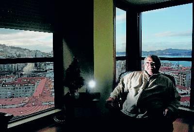 El cantante cubano se deja fotografiar sonriente entre las tinieblas de un piso en Vigo.