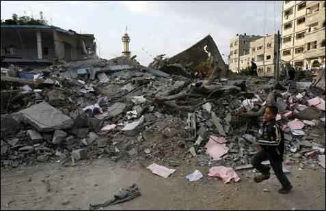 Un niño palestino camina cerca de una comisaría de Policía de Hamas destruída. AFP