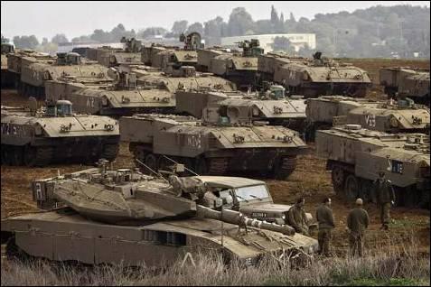 Los tanques israelíes empiezan a ocupar posiciones ante un posible ataque terrestre. AP