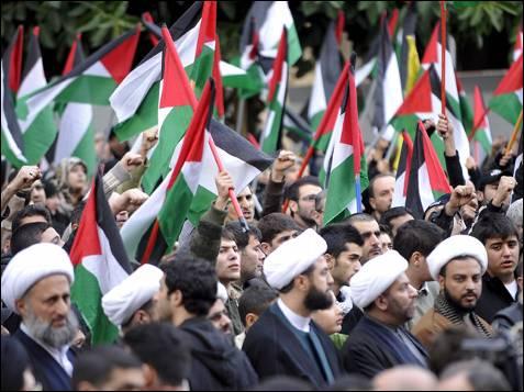 Seguidores de Hizbulá participan en una manifestación contra el ataque másivo israelí sobre Gaza, en Beirut, Líbano. Cientos de libaneses se manifestaron hoy para protestar contra el bombardeo efectuado por el Ejército israelí en Gaza, en el que al menos 160 personas han muerto y varios centenares han resultado heridas.