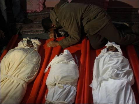 Los cadáveres de tres hermanos palestinos, Sidki de ocho años, Ahmad de doce y Mohammed de 14, quienes fueron asesinados en el ataque de misiles israelí sobre Gaza.