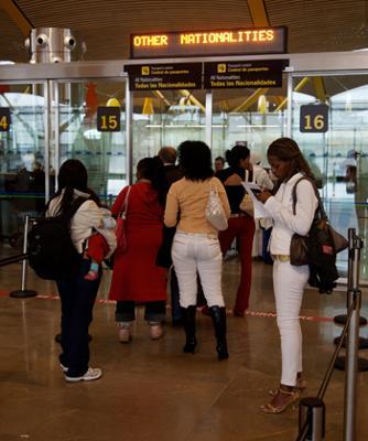 Varias brasileñas esperando en el aeropuerto de Barajas.
