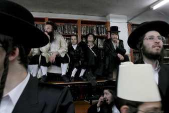 Judíos ortodoxos celebran la fiesta de Purim, que conmemora la salvación de su pueblo de los persas.