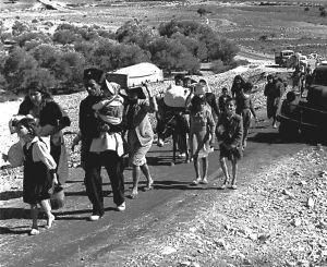 Familias enteras de refugiados palestinos huyen el 4 de noviembre de 1948 desde lo que ya es el norte de Israel con destino hacia Líbano.