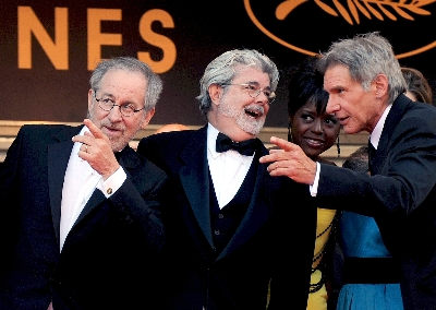 El director estadounidense Steven Spielberg (i), el productor George Lucas (c) y el actor Harrison Ford (d) llegan a la proyección de 'Indiana Jones and the Kingdom of the Crystal Skull', el pasado domingo 18 de mayo,  en el Festival de Cine de Cannes que se celebra en Cannes, Francia.