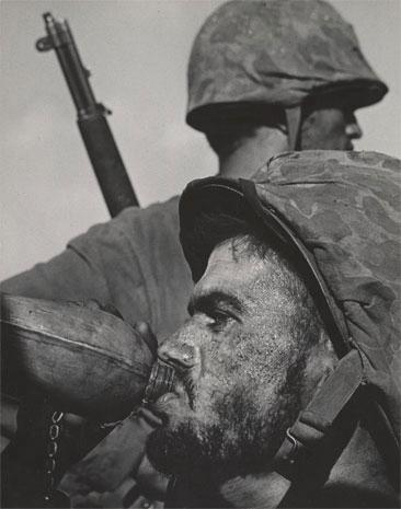 Soldados de primera línea con cantimplora, 1945.