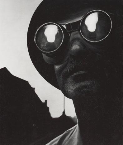 Trabajador siderúrgico con gafas protectoras, 1955.