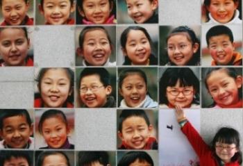 Una niña señala su retrato en un mural de su escuela, en la provincia china de Jiangsu.