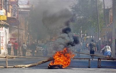Manifestantes bloquean una calle de Tarija (Bolivia), en el marco de la ola de violencia que viven varias regiones del país. EFE/Clemente Eugenio
