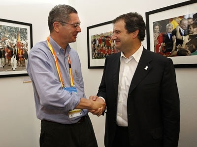 Alberto Ruiz-Gallardón, del PP, junto a su homólogo de Barcelona, el socialista Jordi Hereu. Ambos encabezan el ranking de los mejor pagados. EFE