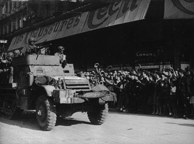 La Nueve entra en la calle Rivoli, en el centro de París, donde los franceses acogieron a los españoles como héroes.