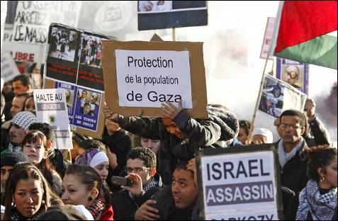 Pancartas en castellano en el acto contra la ofensiva israelí sobre la Franja de Gaza, en Montpellier, Franica. GUILLAUME HORCAJUELO (EFE)