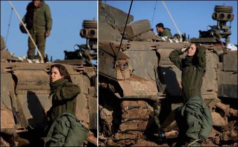 Una soldado israelí se prepara en una zona militar cercana a la Franja de Gaza. El Ejército israelí ha cerrado los pasos de Gaza a la ayuda humanitaria con motivo del 'Shabat', el día santo judío, y prosiguió con su ofensiva militar, que causó nuevas matanzas de civiles en la franja. OLIVIER HOSLET (EFE)