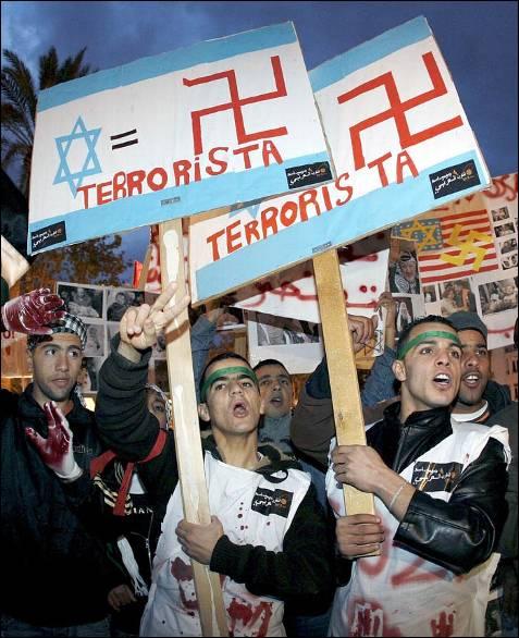 Varios centenares de personas se concentraron ante el Ayuntamiento de Valencia a favor de Palestina y en contra del uso de la fuerza en la franja de Gaza por las tropas israelíes. JUAN CARLOS CÁRDENAS (EFE)