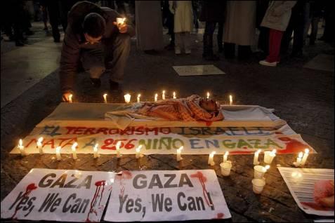 Un hombre enciende velas en homenaje a los niños muertos en Gaza al término de la manifestación que ha recorrido hoy las calles de Barcelona para exigir el cese de la ofensiva militar en la franja y el boicot comercial a Israel y en la que han participado miles de personas. TONI ALBIR (EFE)