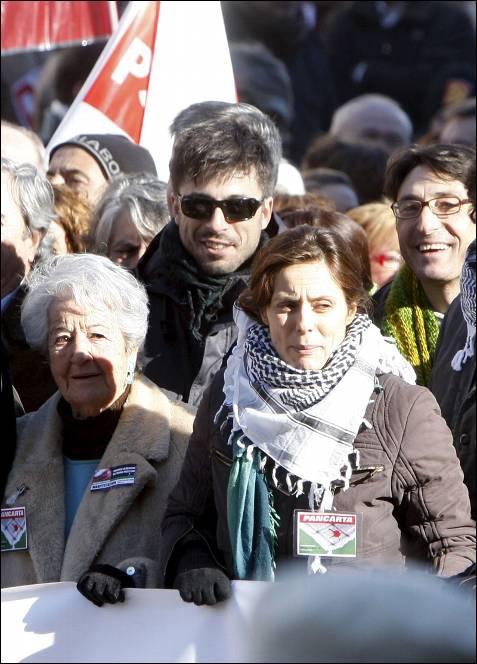 Asunción Balaguer, viuda del actor Francisco Rabal, la actriz Aitana Sánchez Gijón y los actores Hugo Silva y Carmelo Gómez (detrás), entre los partipantes en la manifestación.