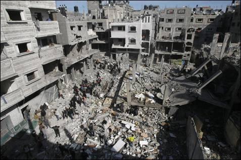 Palestinos buscan sus pertenencias bajo los escombros de varios edificios en el barrio de Sheikh Radwan. AFP