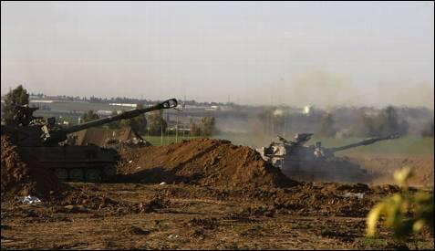 Tanques israelíes disparan contra la franja de Gaza. Los combates se han recrudecido en la ciudad de Gaza desde el pasado lunes. AFP