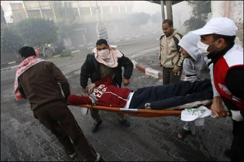 Un palestino herido es trasladado a un hospital en Gaza. La artillería israelí mató a 50 personas este miércoles durante sus bombardeos para hacerse con el control total de la ciudad. AFP