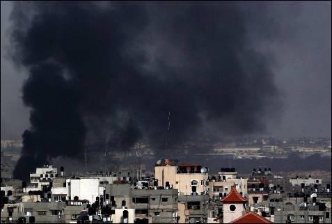 Columnas de humo tras un ataque aéreo israelí en el norte de la ciudad de Gaza, franja de Gaza, hoy miércoles 14 de enero. Más de mil palestinos -la mitad civiles- han muerto y 4.600 han resultado heridos en diecinueve días de ofensiva israelí en Gaza.