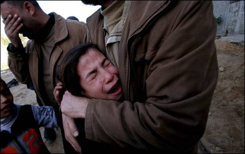 Una niña palestina llora durante el funeral de sus hermanos, Qasem de 6 años y Basem de 11, y el de su tío Saddam Abed al Nabe, de 17, en el campo de refugiados de Jabaliya, al norte de la Franja de Gaza.