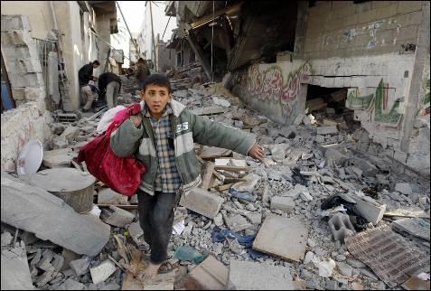 Un niño palestino huye de su casa portando una bolsa, durante la ofensiva israelí en Khuzaa, al sur de la franja de Gaza.
