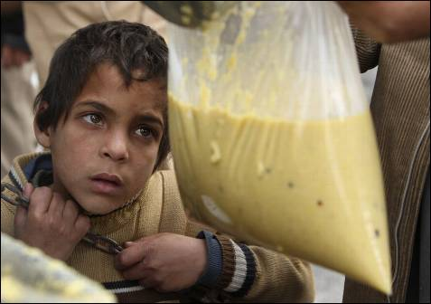 Un niño palestino espera a recibir comida en una escuela de Naciones Unidas en Jabalya, al norte de la franja de Gaza.