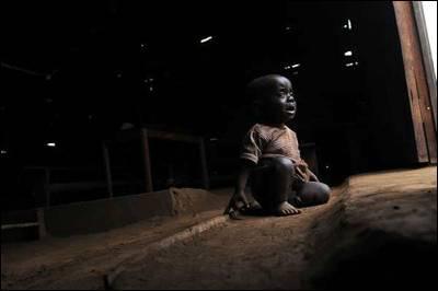 Bebé sentado en el suelo de una iglesia vacía en Masisi (Congo), un territorio controlado por varios grupos armados.