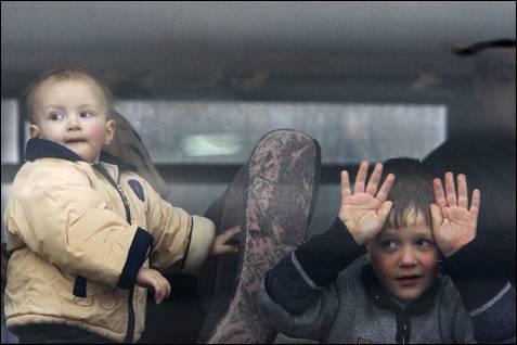 Niños palestinos con pasaporte ruso entran en Israel tras cruzar la frontera de Gaza, abierta para la evacuación de extranjeros. YANNIS BEHRAKIS / REUTERS