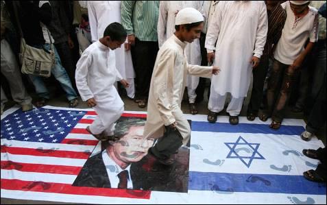 Protesta contra los ataques contra la Franja de Gaza en Bombay, el 2 de enero. PUNIT PARANJPE / REUTERS