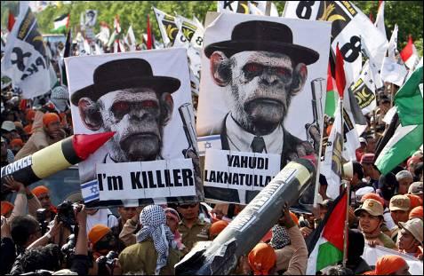 manifestantes indonesios participan en una protesta en contra de la operación militar israelí en la franja de Gaza en los alrededores de la embajada estadounidense en Yakarta (Indonesia). MAST IRHAM / EFE