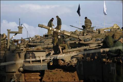 Cientos de tanques del ejército israelí esperan junto a la frontera de Gaza. Tras la evacuación de los extranjeros, gana peso la posibilidad de una incursión por tierra en la Franja. MENAHEM KAHANA / AFP