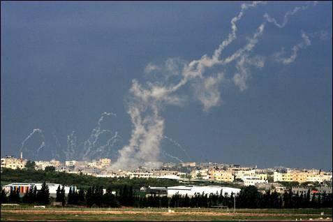 Las milicias de Hamás lanzan cohetes caseros desde Gaza hacia Israel. Los Qassam han matado a cuatro israelíes. PAVEL WOLBWERH / EFE