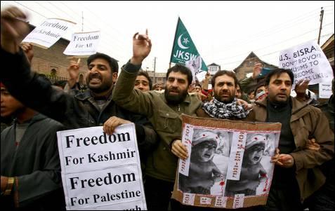 Cientos de musulmanes chiíes tomaron las calles de Srinagar, la capital estival de la parte de Cachemira bajo administración india, para protestar por la ofensiva militar israelí en Gaza. FAROOQ KHAN / EFE