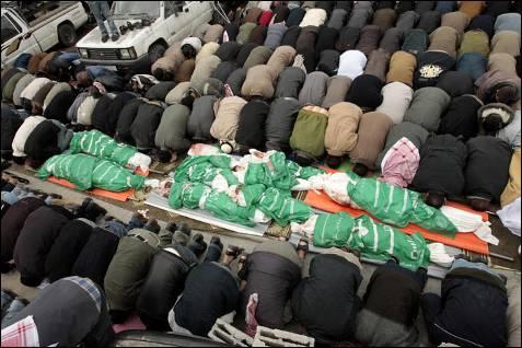 Palestinos de la Franja de Gaza rezan junto a los cadáveres del líder de Hamás Nizar Rayyan y sus familiares, muertos durante un bombardeo. Hamás ha convocado un 'Día de la Ira' contra en Israel en respuesta por la brutalidad de los ataques. MOHAMMED SALEM / REUTERS