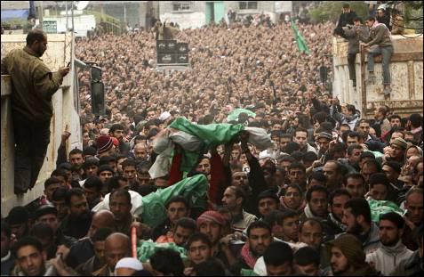 El entierro del líder de Hamás Nizar Rayyan y los 11 miembros de su familia se convirtió en un grito de venganza, con llamamientos para emplear todos los medios 'contra los intereses sionistas en todo el mundo'. MOHAMMED SALEM / REUTERS