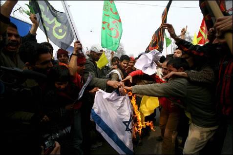Musulmanes de Cachemira (India) queman una bandera israelí y gritan consignas en contra del Estado judío mientras participan en una manifestación contra la operación en la franja de Gaza. FAROOQ KHAN / EFE