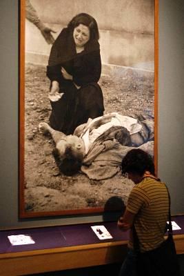 Cementerio de Lérida (3/11/1937), una de las más de 300 imágenes del fotoperiodista Agustí Centelles, reunidas en la exposición 'Centelles , las vidas de un fotógrafo', exposición de 2007. EFE/Archivo
