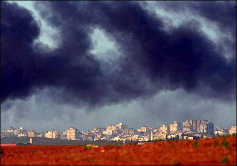 Columnas de humo cubren la localidad de Beit Lahia, en el norte de la franja de Gaza. EFE